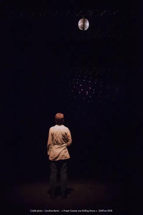 Photo d'un atelier de Philippe Pitet autour de l'occupation d'espaces et de volumes virtualisés dans le cadre d'un CLEA mené avec Zart Companie dans le Lot en 2017 et 2018 - Photo de Caroline Bertin