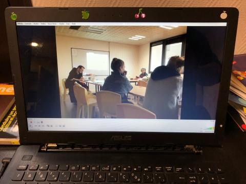 Photo d'un écran d'ordinateur qui passe une vidéo de captation d'une intervention de Philippe Pitet dans le cadre d'une formation de l'UCRM